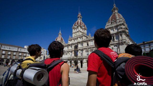 Turistas contemplando el ayuntamiento de A Coruña