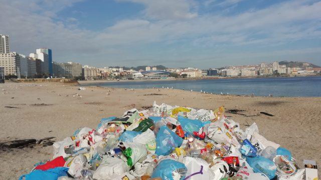 Basura en la playa del Orzán.
