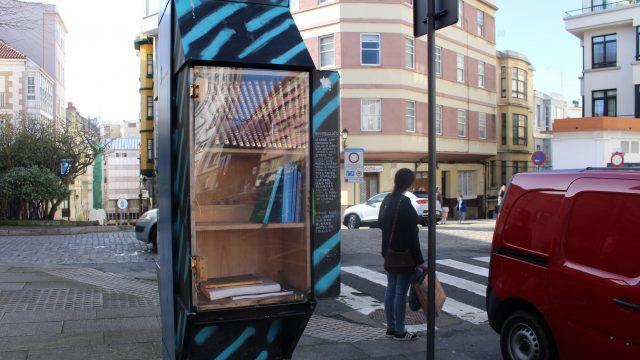 La cabina-biblioteca está en la calle Campo da Estrada.