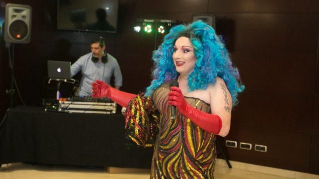 Drag queen y dj en el salón del evento. Fuente: PG