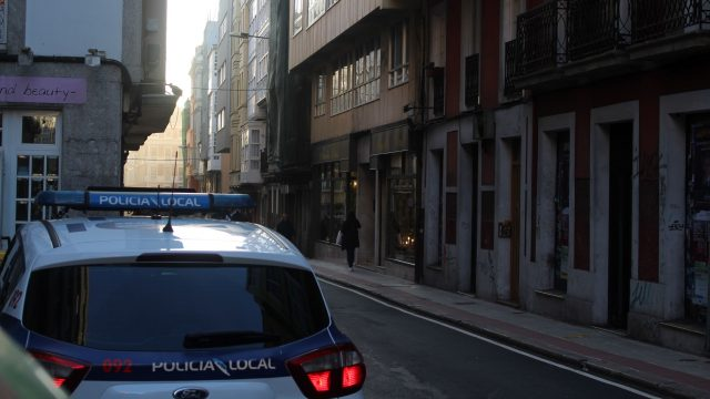 Un coche de policía en la calle Orzán de A Coruña.