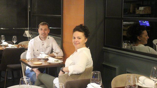 La encargada de O Lagar da Estrela, Elisa Romero, junto al jefe de cocina, Álvaro Gantes
