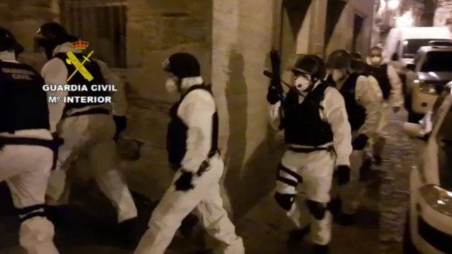 Los agentes acudieron con trajes y mascarillas protectoras.