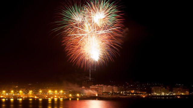 Fuegos artificiales sobre Riazor la noche de San Juan.