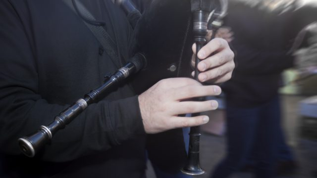 Un músico toca la gaita.