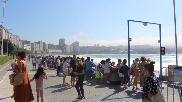 Colas en el Orzán para acceder a la playa el verano pasado