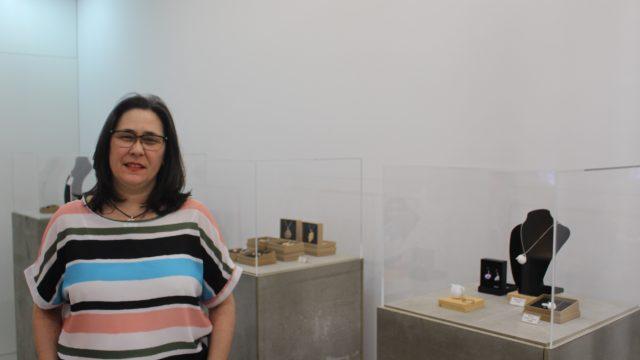 Yolanda Naya posa en el interior de la tienda ubicada en el centro de A Coruña
