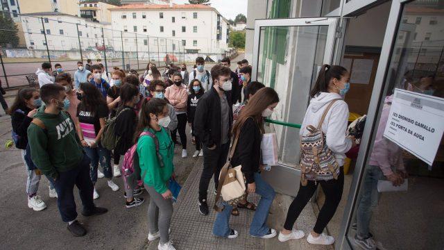Estudiantes de bachillerato entran por la puerta del IES Vilar Ponte para realizar los exámenes Selectividad