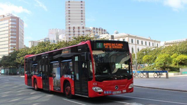 Un autobús urbano pasa frente a la plaza de Pontevedra (A Coruña).