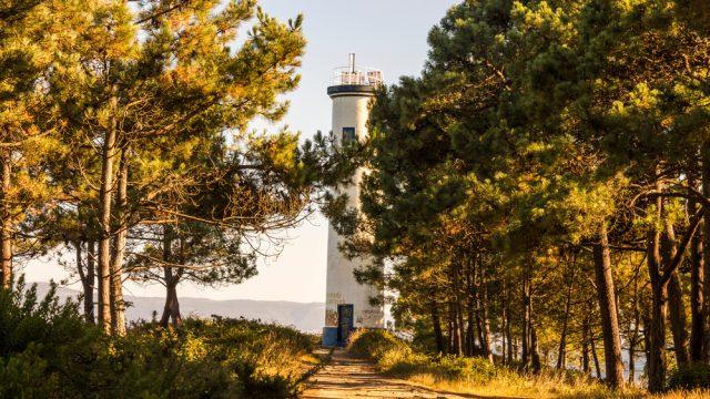 Faro de Punta Subrido, en la Costa da Vela (Cangas)