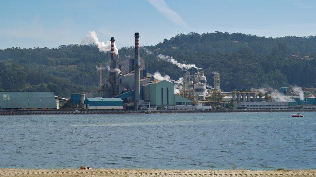Fábrica de Ence situada junto a la ría de Pontevedra.