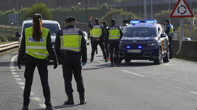 Varios agentes de Policía Nacional durante un control de movilidad