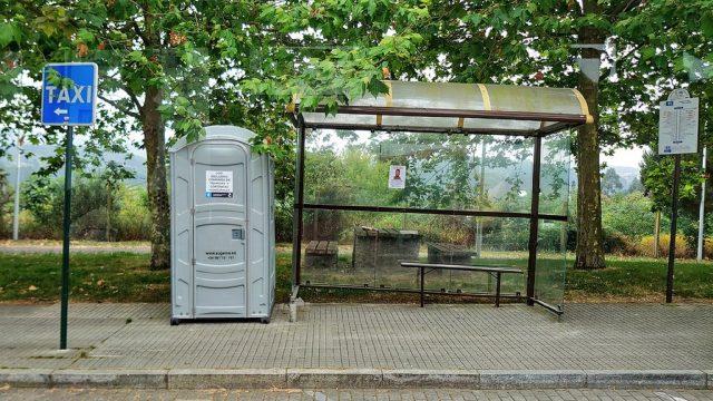 Uno de los aseos portátiles colocados por el Concello da Coruña.