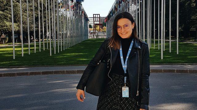 Irene Arto, ante la sede de la ONU en Ginebra (Suiza) en mayo de 2019