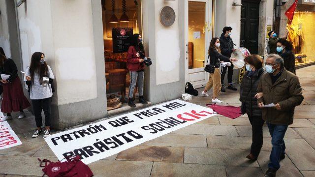 Protesta de los trabajadores del Vecchio en la calle Real de A Coruña.