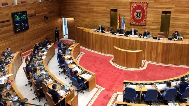 Una votación en el Parlamento gallego.