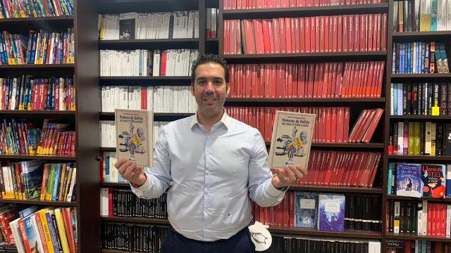 Iván Fernández Amil posa en Arenas Libros con su primera obra