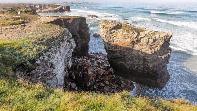 Desprendimiento de rocas en uno de los arcos de la playa de As Catedrais, en Ribadeo,