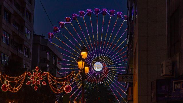 Vista de la noria de la navidad 2019 en Vigo.