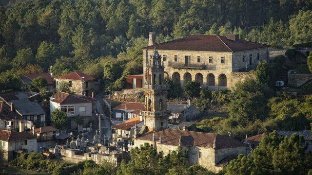Vistas da rectoral de Camporredondo dende a estrada que sube a Cenlle.