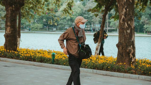 Una foto de archivo de una persona dando un paseo.