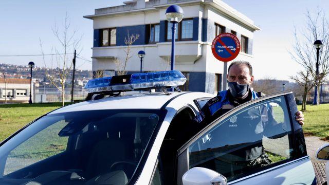Un agente ante el cuartel de la Policía Local de Culleredo (A Coruña), en una foto de archivo