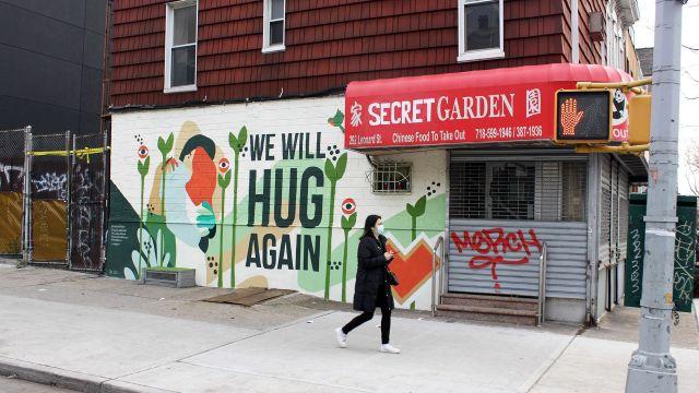 """Mural """"We will hug again"""", en el barrio neoyorquino de Williamsburg."""