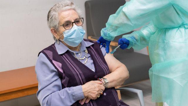 Nieves Cabo, residente de Porta do Camiño de Santiago, recibe la segunda dosis de la vacuna de Pfizer-BioNTech.