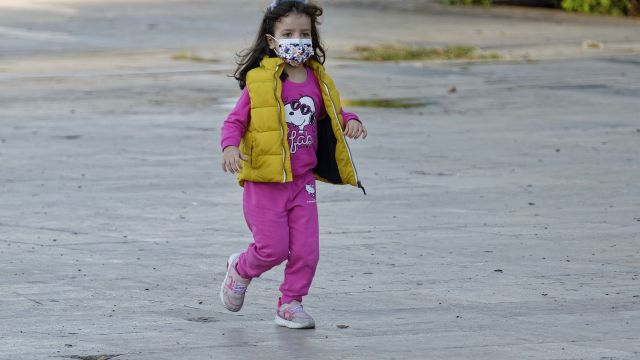 Una niña con mascarilla en una foto de archivo.