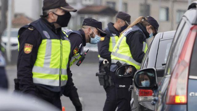 Agentes realizando un control de movilidad.