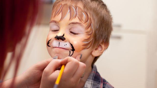Un niño maquillándose para Carnaval, en una foto de archivo.