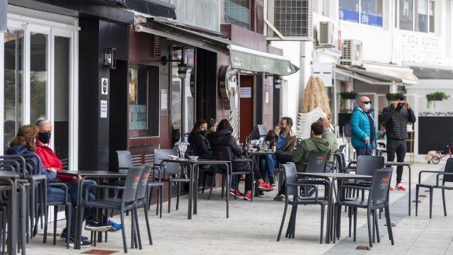 La terraza de un bar de Sanxenxo en una foto de archivo.