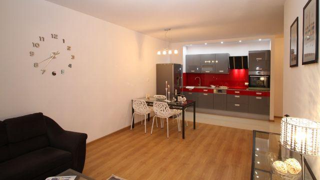 La cocina y el salón de un apartamento en una foto de archivo.