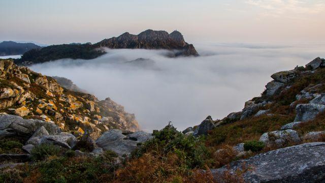 Una jornada con niebla en las islas Cíes.