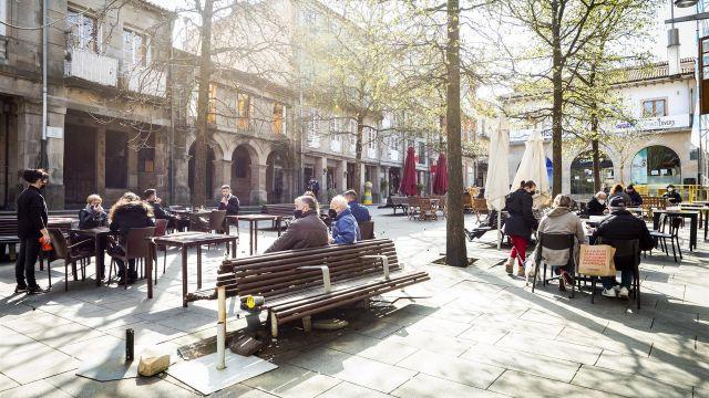 Ambiente en las terrazas durante el primer día de la reapertura del interior de la hostelería en Pontevedra