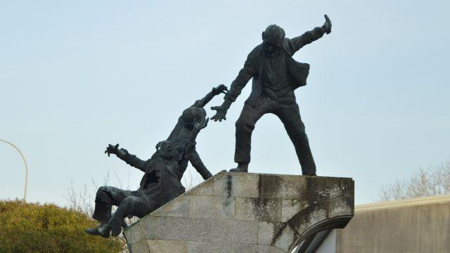 Estatua en memoria de Amador y Daniel, los dos trabajadores del astilleros asesinados por la policía durante las protestas del 10 de marzo de 1972 en Ferrol.