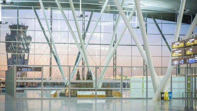 El Aeropuerto de Santiago-Rosalía de Castro.
