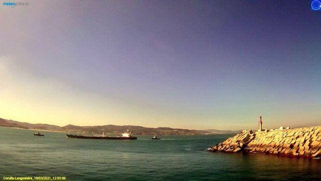 El 'Blue Sky' atraca en el puerto de Punta Langosteira de A Coruña.