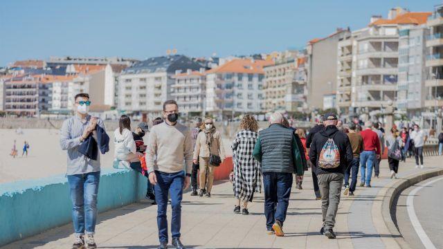 Personas pasean por Sanxenxo en una imagen de archivo