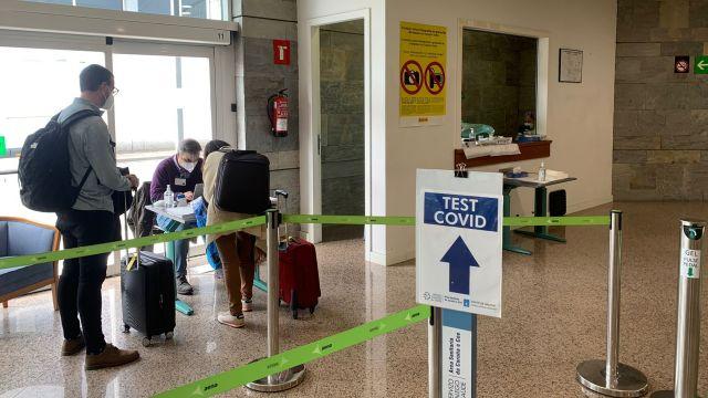 Un cribado en el aeropuerto de Alvedro.