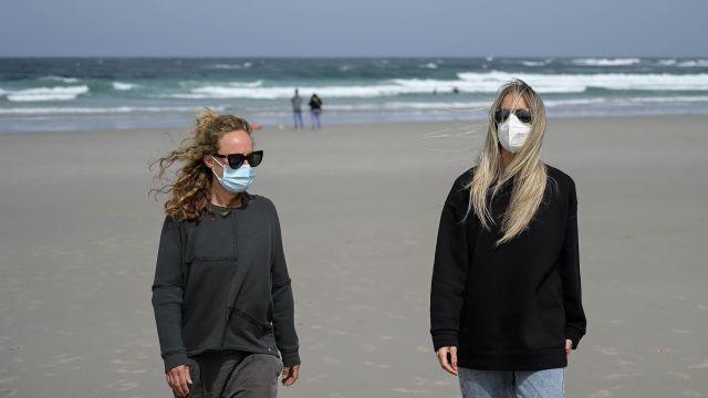 Dos mujeres llevan mascarilla en la Playa das Salseiras, a 3 de abril de 2021, en el municipio de A Laracha