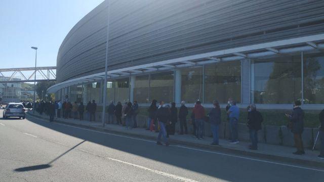 Cola para acceder a Expocoruña durante la primera jornada de la vacunación masiva de abril en A Coruña.