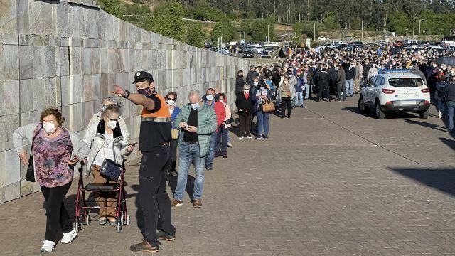 Una larga fila de personas se aglomera en la vacunación masiva de Santiago de Compostela.
