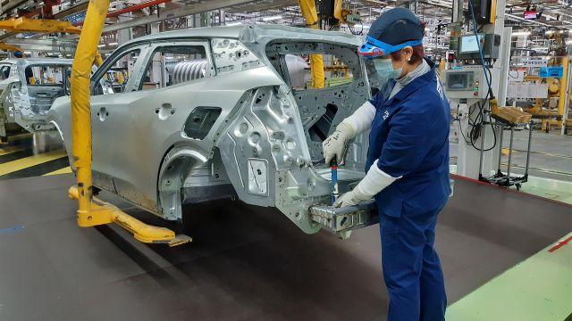 Una operaria en la factoría de Stellantis en Vigo.