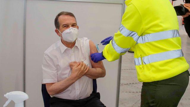 Abel Caballero recibe la vacuna del coronavirus.