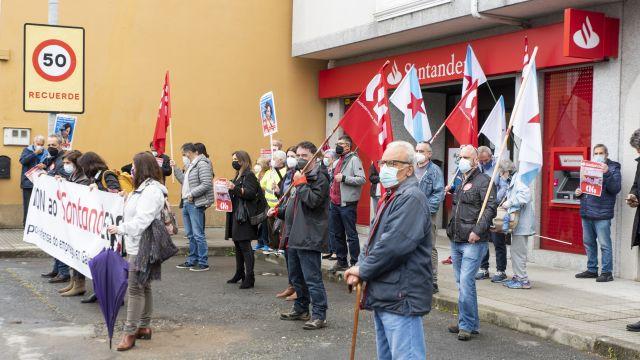 Concentración frente a la sucursal del Banco Santander en Guísamo contra su cierre.