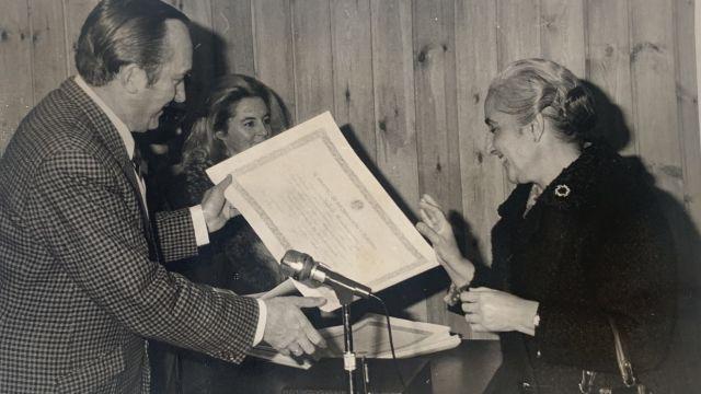 Rafaela recibiendo un Diploma del Ministerio de Información y Turismo. Cortesía de Radio Coruña