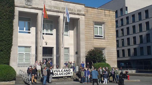 """Trabajadores de Vulcano, concentrados frente a la sede de la Autoridad Portuaria de Vigo reclamando una """"solución""""."""