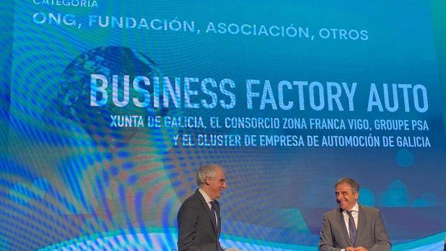El vicepresidente y conselleiro de Economía, Emprego e Innovación, Francisco Conde, recoge el galardón