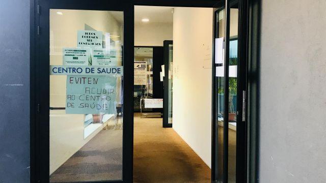 Acceso a un centro médico gallego.
